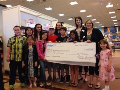 Remise du chèque de la Fondation Indigo à la Rosemont Community School de Regina