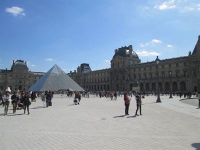 Le Louvre et sa pyramide, harmonie entre le moderne et l'ancien