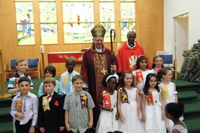 Une dizaine de jeunes reçoivent le sacrement de confirmation à la paroisse Saint-Jean-Baptiste.