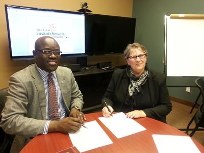 Signature d'entente entre M. Francis Kasongo et Mme Carol Lumb.
