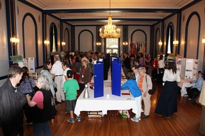 Les kiosques de la foire provinciale du Patrimoine étaient exposés dans la grande salle de bal de la résidence de la gouverneure-générale de la Saskatchewan