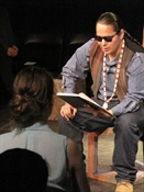 Waylon Machiskinic, de la nation Saulteaux, lisant un extrait de Hamlet en cree.