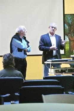 Une discussion avec le cinéaste André Gladu (à gauche) et le leader métis Paul Chartrand (à droite) a suivi la projection.