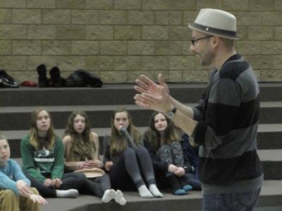 Daniel Roa a profité de son passage à Regina pour offrir un atelier sur le rythme aux élèves de l'École Mgr de Laval.