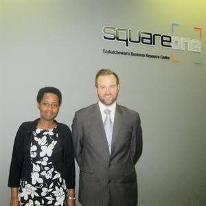 Anne Yvette Sibomana et Darron Taylor, les agents d'information commerciale de Square One.