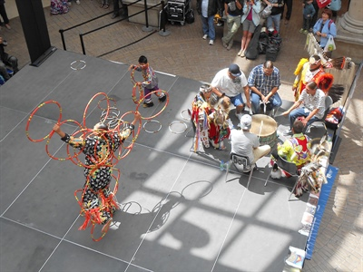 Les percussionnistes du groupe Charging Bear et les danseurs de cerceaux