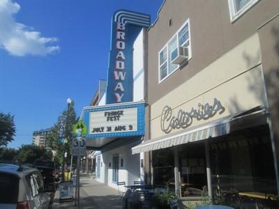 Le cinéma Broadway et le restaurant français Calories