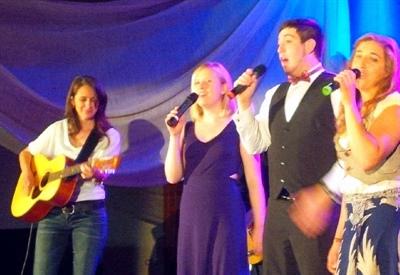 Sara Dewhurst, Daniel Leblanc et Malika Sellami interprètent la chanson de groupe