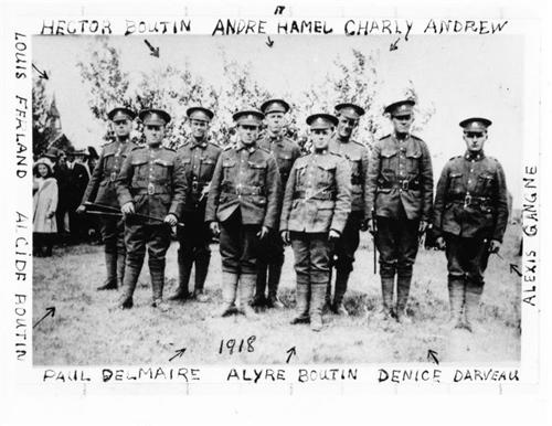 Si vous avez des renseignements au sujet des neuf jeunes hommes sur cette photo, ainsi que d'autres photos des familles Boutin, Ferland, Delmaire, Darveau, Hamel, Gagné et Andrew, veuillez communiquer avec Laurier Gareau.