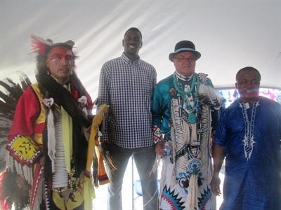 Des membres du conseil d'administration avec les dignitaires autochtones