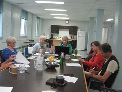 Les auteurs autour de la table: Madeleine Blais-Dahlem, Rose Després (formatrice), Céline Findlay, Estelle Bonetto, Martine Noël-Maw et Jean-Marie Michaud.
