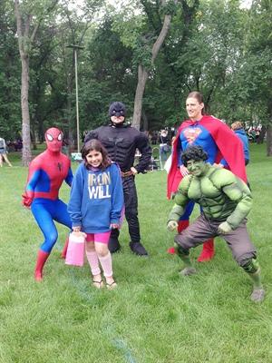 Mélodie AbouChakra est bien entourée par les superhéros qu'on pouvait retrouver au parc Wascana lors du « Iron Will Family Day ».