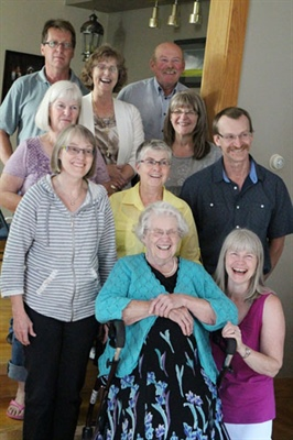 Madeleine Marchildon et sa famille pour son 90e anniversaire