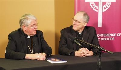 Le vice-président de la CECC, Douglas Crosby (Hamilton) et le président Paul-André Durocher (Gatineau) lors d'une récente consultation des 65 évêques canadiens sur le Synode.