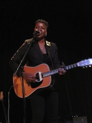 Cécile Doo-Kingué a séduit le public tant par sa virtuosité à la guitare que par sa chaleur.
