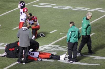 Ayoye-donc! Tyron Brackenridge, qui met ses deux genoux sur le bas du dos d'un des receveurs de Calgary afin de le faire tomber au sol!!! - 3 octobre 2014.