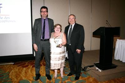 Yolande Dupuis reçoit le Prix du président de la FNCSF, Robert Maddix (à droite), et de Mark Power.