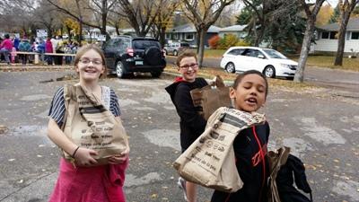Les élèves transportent les dons dans le camion avec enthousiasme