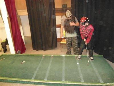 Le bénévole Trevor Dumaine en compagnie d'un golfeur en herbe.