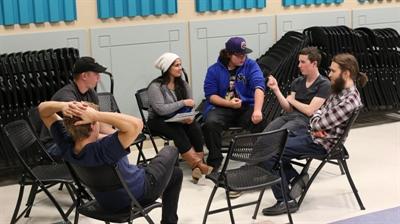 Des participants au Parlement jeunesse à Regina pendant une pause.