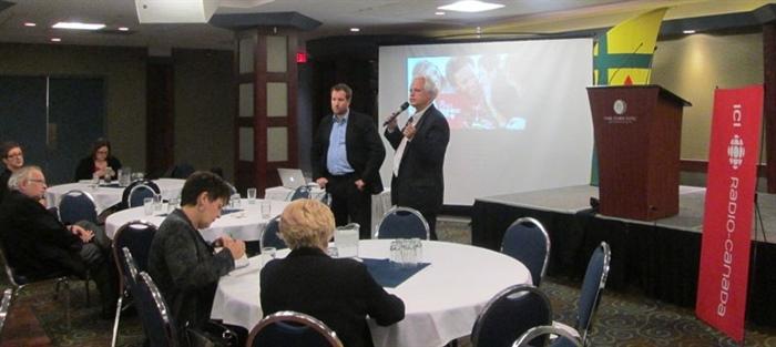 François Tremblay, chef-médias pour la Saskatchewan, et Pierre Guérin, directeur des services français, régions de l'Ouest pour Radio-Canada.