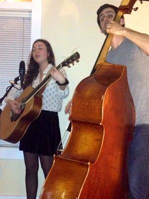 Marianne Bel et Étienne Dextraze en prestation à Regina dans le cadre de Chemin chez nous.