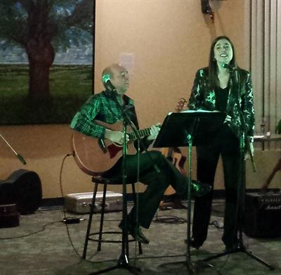 La directrice de l'Institut français, Sophie Bouffard, accompagnée à la guitare par Alain Perron.