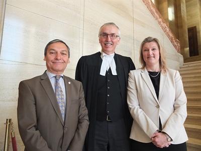 De gauche à droite : Roger Paul, directeur général de la FNCSF, Roger Lepage, avocat de la CSF du Yukon et  Natascha Joncas, directrice générale de la CSF du Yukon