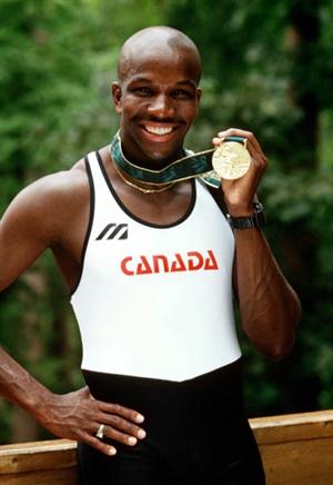 Donovan Bailey célèbre sa médaille aux JO d'Atlanta