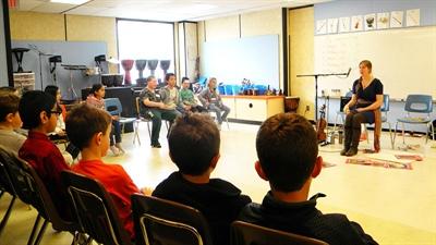 Les jeunes de l'école George Lee on appris à jouer de la cuillère.