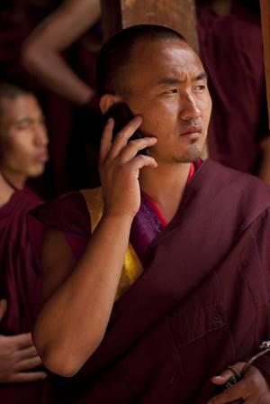 Moine bhoutanais et son cellulaire
