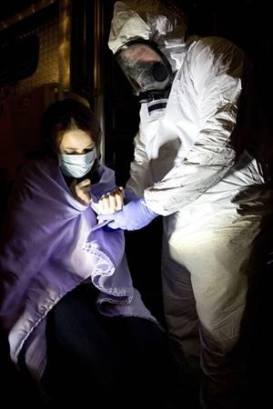 Medecin avec équipement protecteur avec patiente