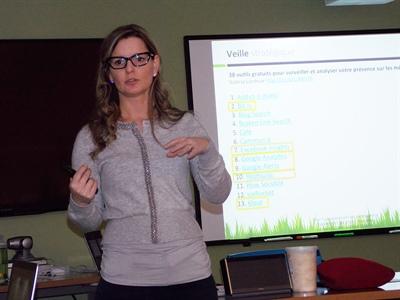 La formatrice Édith Jolicoeur lors d'un atelier à Regina