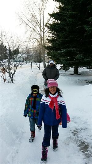 Ahmed Hassan Farah et ses enfants découvrent l'hiver saskatchewannais