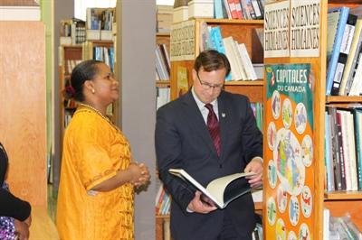 Coralie Mpoyo, (documentaliste au Lien), et le Ministre Norris au centre des ressources, Le Lien