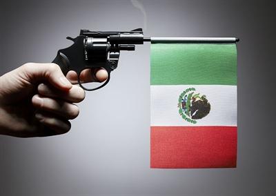 Drapeau du Mexique et révolver
