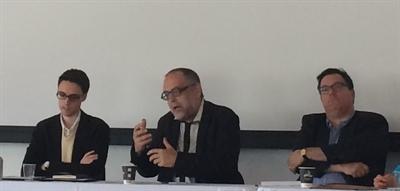 Joseph Yvon Thériault lors de la table ronde en compagnie des trois panélistes Martin Meunier, Lucie Hotte et Michel Bock