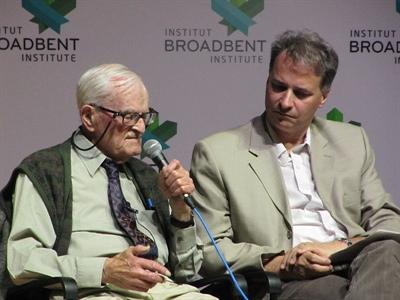 Harry Leslie Smith (à gauche) et Mitch Diamentopoulos, professeur associé et directeur du Département de journalisme à l'Université de Regina