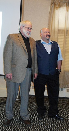 Le professeur Ron Wheeler (à gauche), professeur au Département d'études politiques de l'Université de la Saskatchewa aux côtés du professeur Martin Gaal de l'Université de la Saskatchewan et membre de la direction du Conseil international canadien.