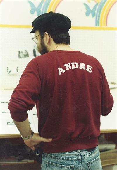 André Deschamps (1958-2015) révisant la maquette de l'Eau vive en 1987 alors qu'il était rédacteur en chef.
