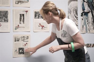 L'artiste visuelle Anne Brochu transformant les pages d'un vieux livre d'histoire