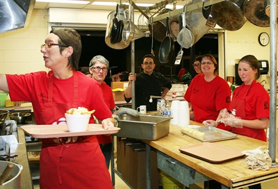Au pavillon francophone du festival multiculturel Mosaic, les bénévoles passent des heures en cuisine