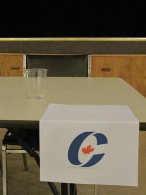 La chaise de la candidate conservatrice Kelly Block est restée vide lors du débat à St-Denis
