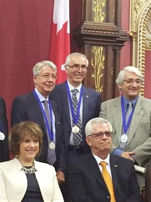 Roger Lepage (en arrière au centre)