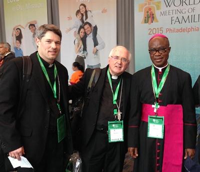Mgr Terrence Prendergast (au centre), son évêque auxiliaire Christian Riesbeck (à gauche) et un confrère à Philadelphie.
