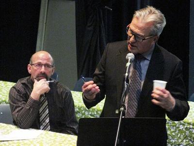 André Denis, Président du Conseil scolaire fransakois (à gauche) et Donald Michaud, Directeur de l'éducation par intérim au Conseil des Écoles fransaskoises.