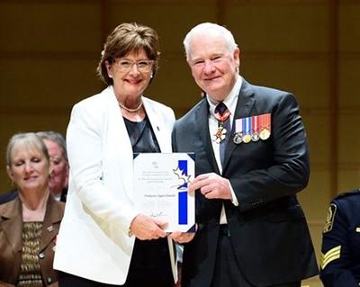 Françoise Sigur-Cloutier reçoit le Prix du Gouverneur général pour l'entraide