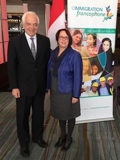 Sylviane Lanthier, présidente de la Fédération des communautés francophones et acadienne du Canada et John McCallum, ministre de l'Immigration, des Réfugiés et de la Citoyenneté