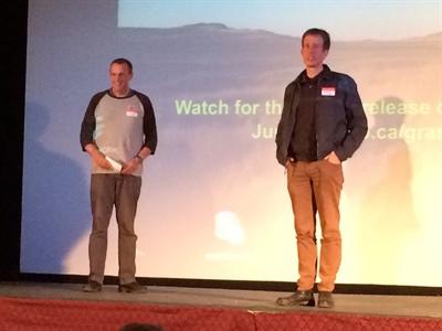 Le producteur Scott Parker (à gauche) et le réalisateur David Christensen de l'ONF présentant le Projet Grasslands