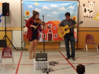 Aimée Poirier et Pierre Tinant jouant de la musique folkorique pour la Saint-Jean-Baptiste à Bellegarde
